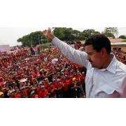 Nicolas Maduro bir mitingde konuşurken